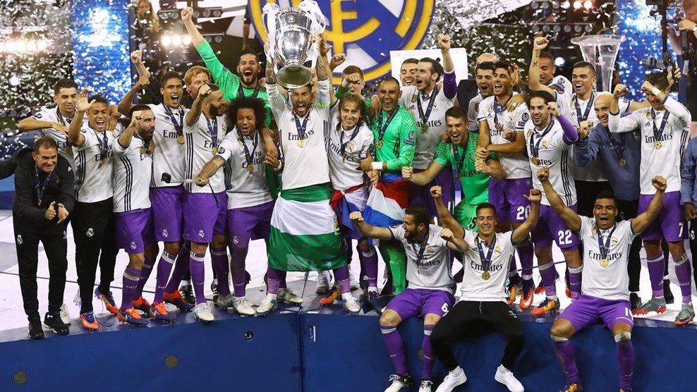 Real+Madrid+lift+the+trophy%21