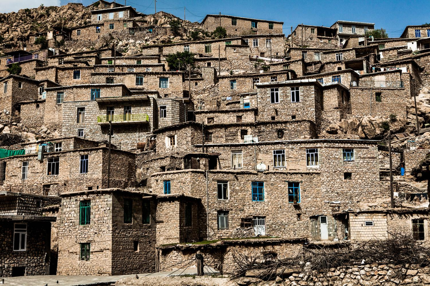 Houses stacked up on a hill in Iran before the earthquake. Photo License found at bit.ly/2hGqcPv.