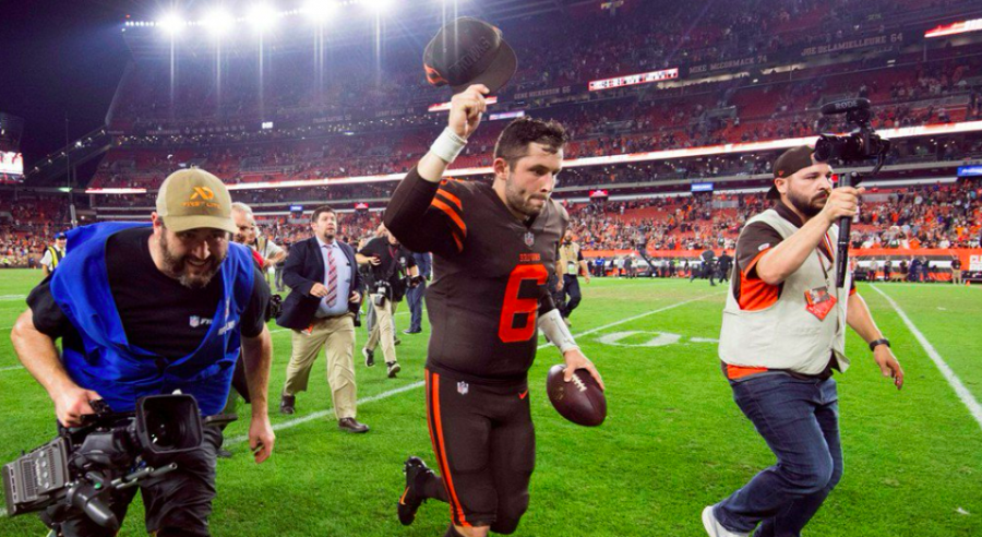 Baker Mayfield exiting the field, image retrieved from @BleacherReport Twitter.