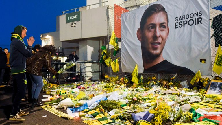 Nantes+fans+pay+tribute+to+Emiliano+Sala.